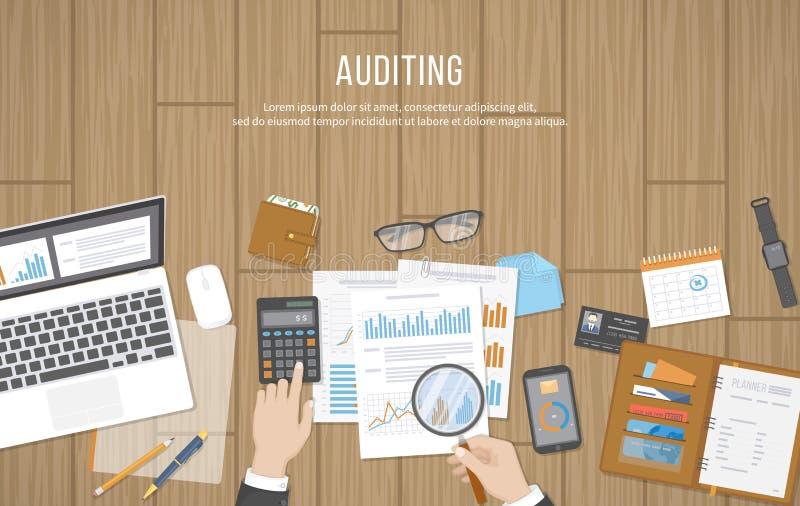 Verifica dei concetti Il revisore dei conti ispeziona la valutazione dei documenti finanziari Mani dell'uomo d'affari con la lent illustrazione di stock