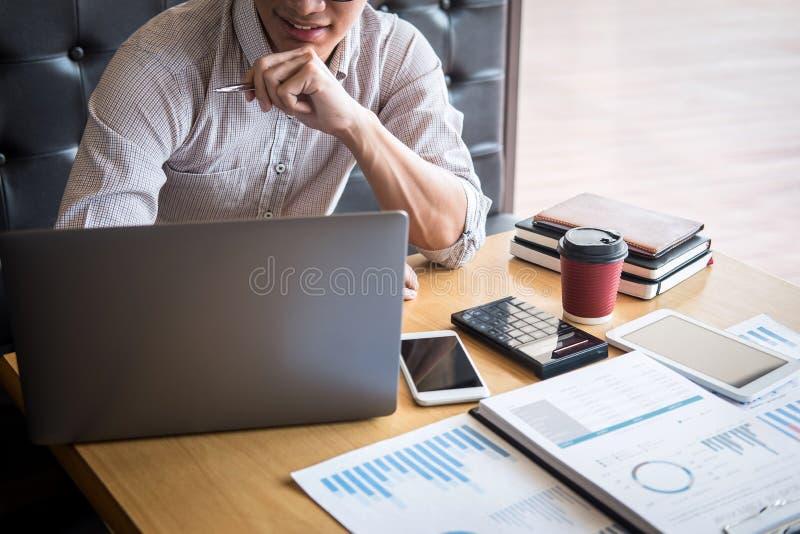 Verifica di lavoro del ragioniere dell'uomo d'affari e calcolare dichiarazione finanziaria annuale finanziaria del bilancio di ra immagini stock libere da diritti