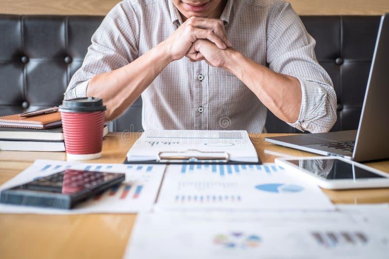 Verifica di lavoro del ragioniere dell'uomo d'affari e calcolare dichiarazione finanziaria annuale finanziaria del bilancio di ra fotografie stock
