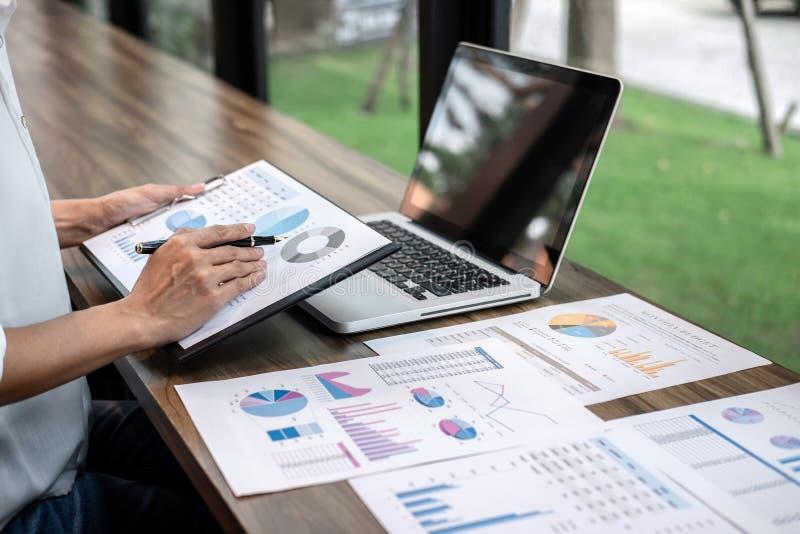 Verifica di lavoro del ragioniere di donna di affari e calcolare dichiarazione finanziaria annuale finanziaria del bilancio di ra fotografie stock