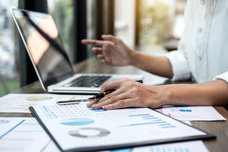 Verifica di lavoro del ragioniere di donna di affari e calcolare dichiarazione finanziaria annuale finanziaria del bilancio di ra immagine stock libera da diritti
