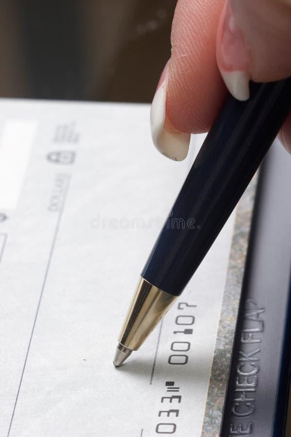 Verificación de firma de la mujer foto de archivo libre de regalías