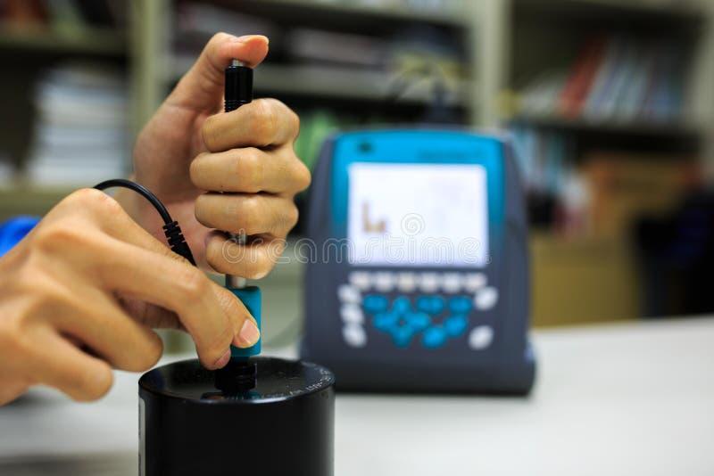 Verificador digital da dureza da calibração com bloco padrão fotos de stock