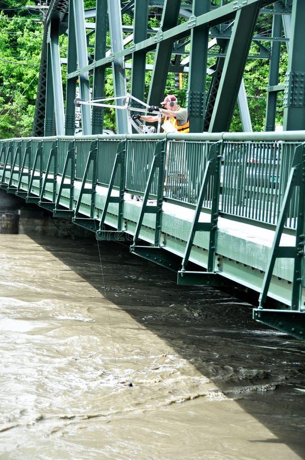 Verificando água da enchente no rio de Winooski em Montpelier, Vermon fotografia de stock