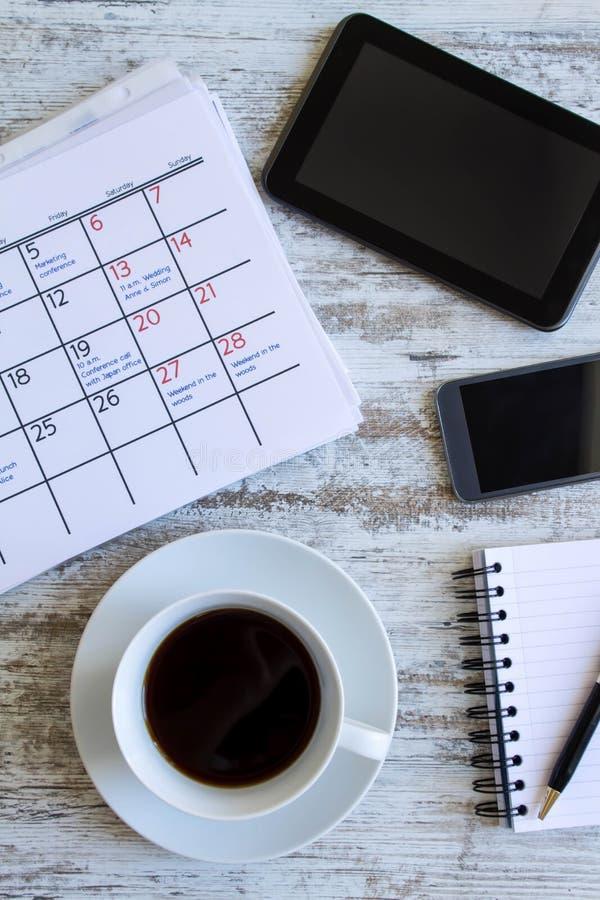 Verificando atividades mensais no calendário imagens de stock