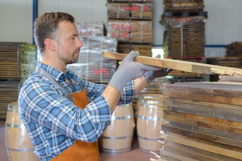 Verificando a entrega de madeira fotos de stock