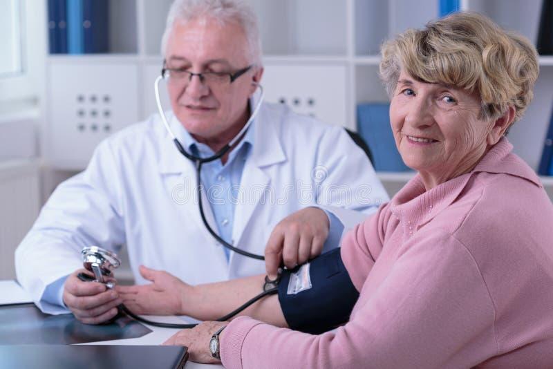 Verificando a hipertensão fotos de stock