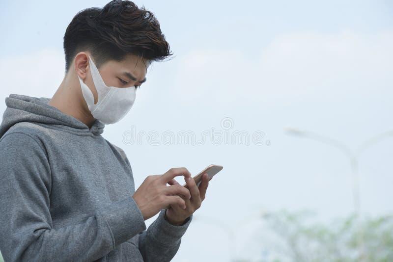 Verificando o índice da poluição em linha imagens de stock royalty free