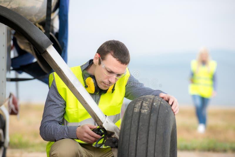 Verificando o aircraft& x27; pneu de s imagens de stock