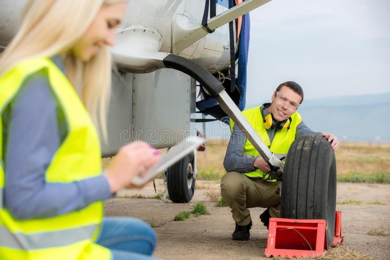 Verificando o aircraft& x27; pneu de s imagem de stock royalty free