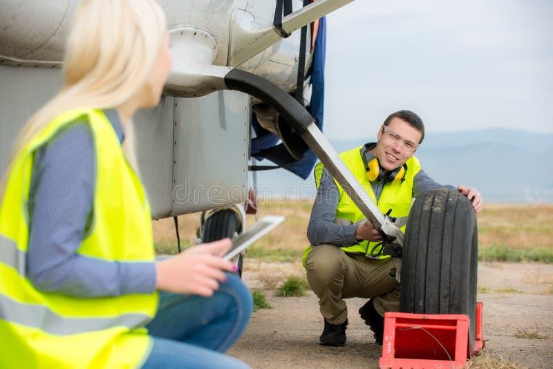 Verificando o aircraft& x27; pneu de s imagem de stock