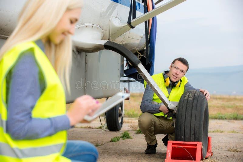 Verificando o aircraft& x27; pneu de s fotos de stock