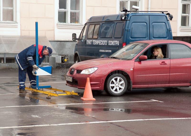 Verificando o carro no ponto da inspeção técnica fotografia de stock royalty free