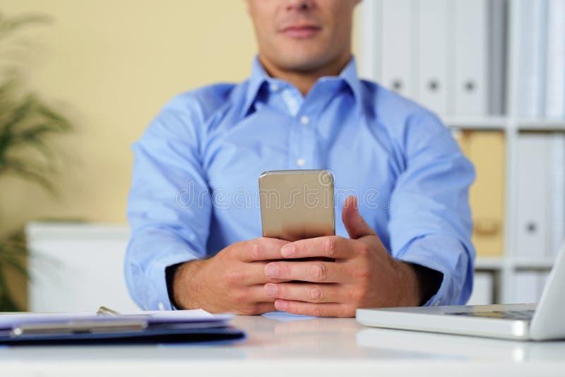 Verificando o smartphone fotografia de stock royalty free