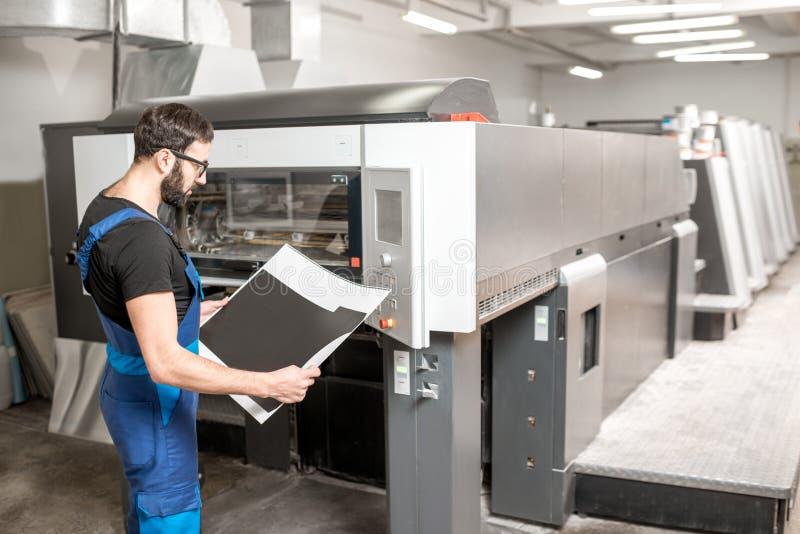 Verificando a qualidade de impressão na planta de impressão foto de stock