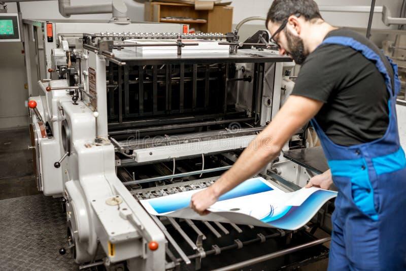 Verificando a qualidade de impressão na planta de impressão imagem de stock royalty free
