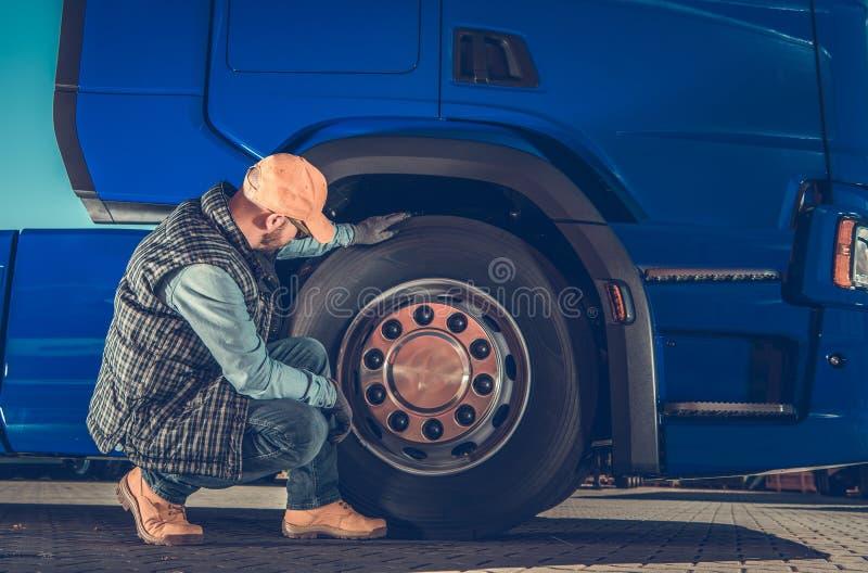 Verificando semi as rodas do caminhão foto de stock
