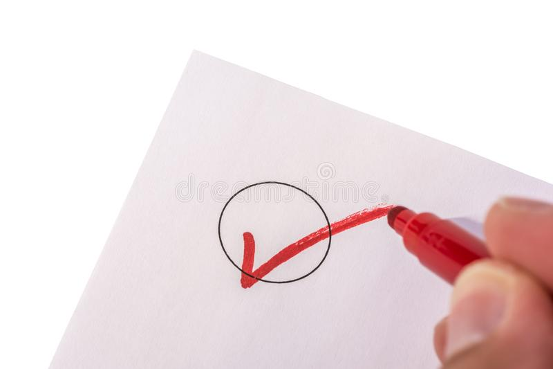 Verificando um c?rculo em um peda?o de papel isolado foto de stock