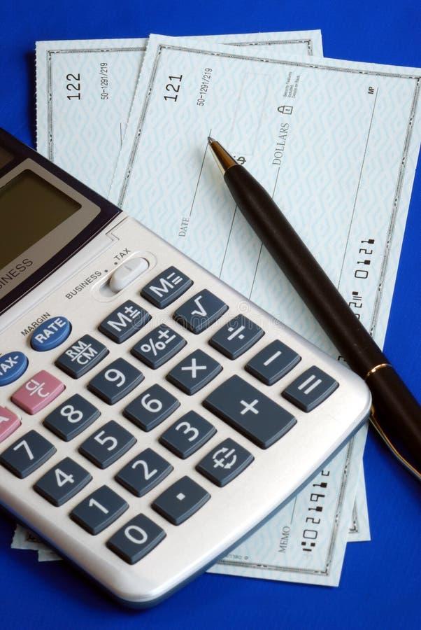 Verifichi e paghi le fatture scrivendo gli assegni immagine stock libera da diritti