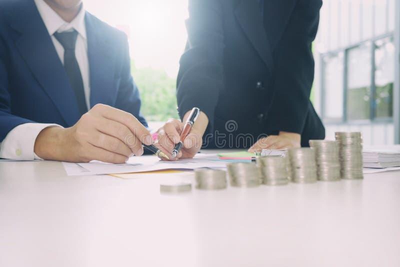 Verifichi il concetto, il contabile Team o l'ispettore finanziario fotografie stock libere da diritti