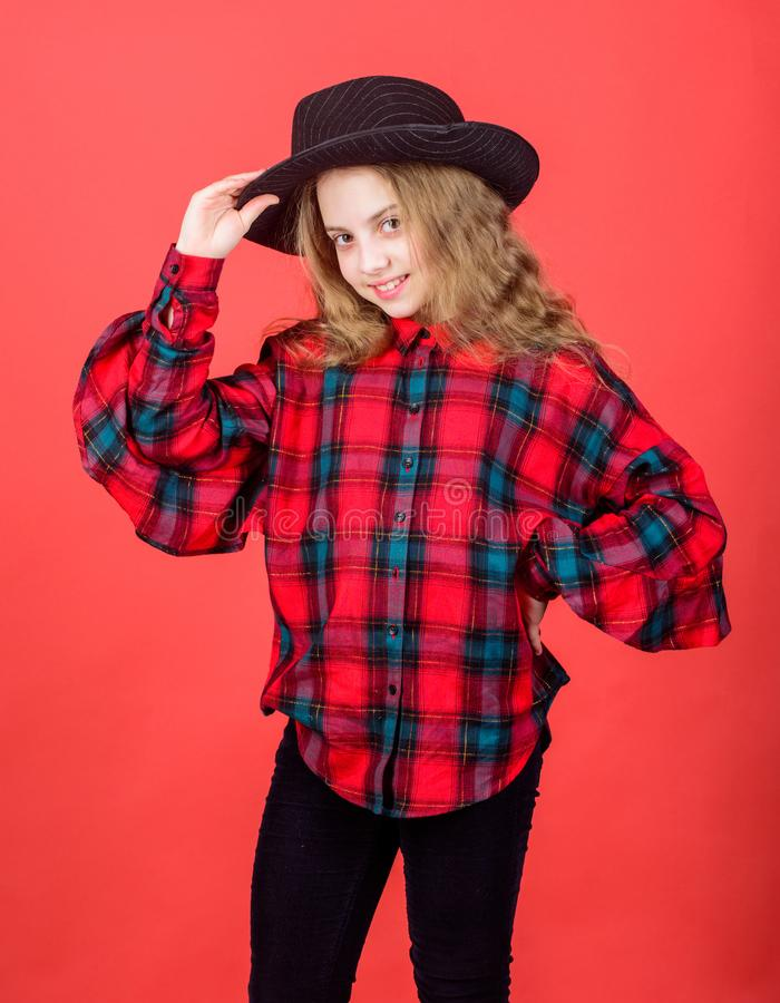 Verifichi il mio stile di modo Tendenza di modo Ritenere impressionante in questo cappello Bambino sveglio della ragazza portare  fotografie stock libere da diritti