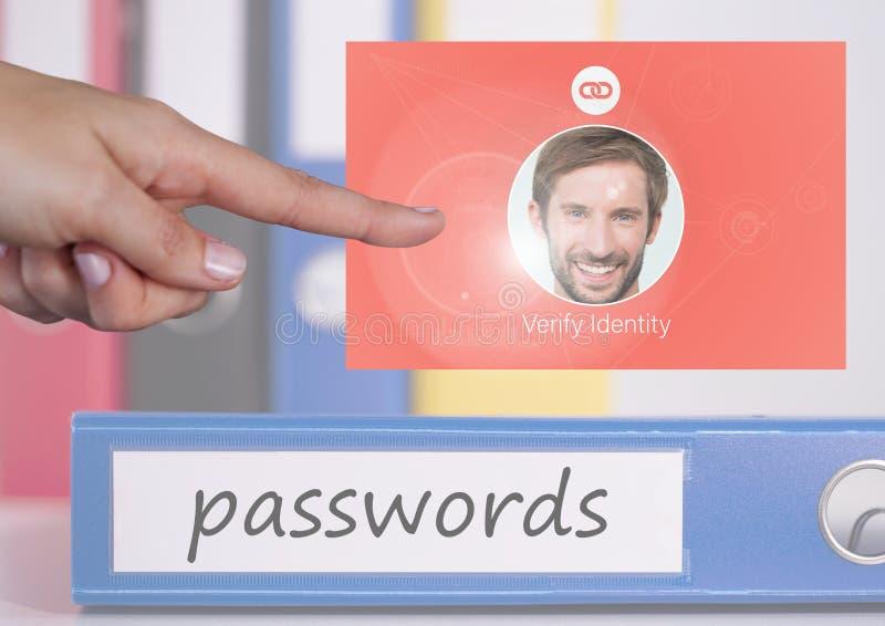 Verifierar den rörande identiteten för handen lösenordApp-manöverenheten fotografering för bildbyråer