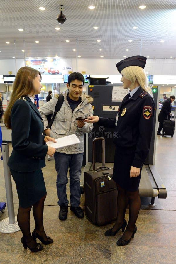 Verifikation av dokument från utländska passagerare på flygplatsen Sheremetyevo royaltyfri fotografi