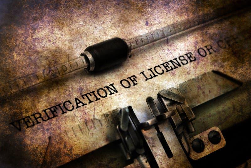 Verifikation av licensen på tappningskrivmaskinen fotografering för bildbyråer