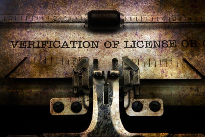 Verifikation av licensen på tappningskrivmaskinen royaltyfri fotografi