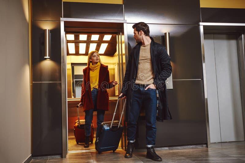 Verifique dentro o hotel Os pares bonitos entram ao assoalho do hotel em férias românticas fotografia de stock royalty free