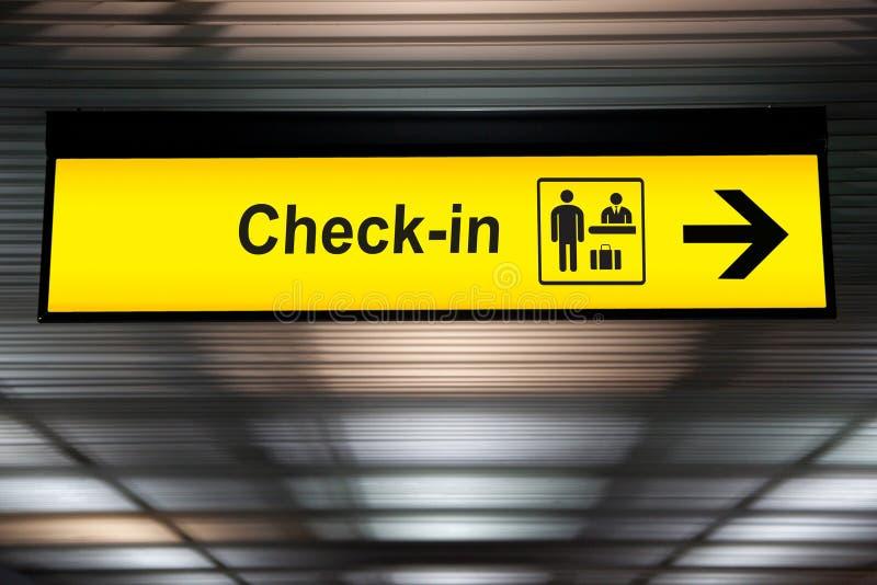 Verifique dentro o sinal da informação no aeroporto imagens de stock royalty free