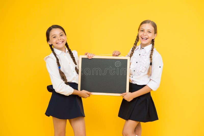 Verifique isto para fora Espaço bonito da cópia do quadro-negro da posse dos alunos das meninas da escola Conceito do an?ncio da  imagem de stock