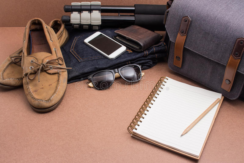 Verifique a lista antes vão curso, roupa e accessorieson em w fotos de stock royalty free