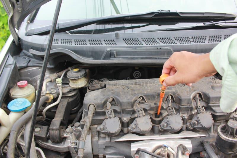 Verifique o nível de óleo do motor no motor moderno do carro fotografia de stock