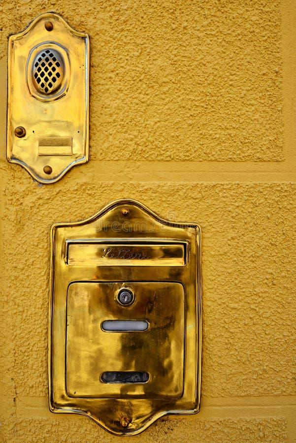 Verifique sua caixa postal dourada fotos de stock