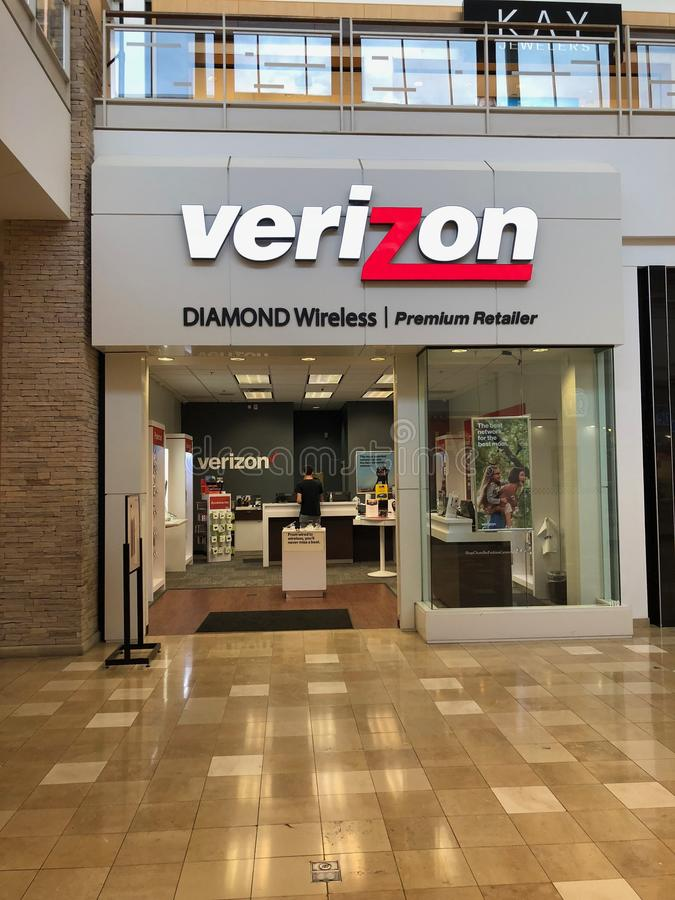 Verizon Wireless stockent l'avant dans le fournisseur Arizona Shopping Mall images libres de droits
