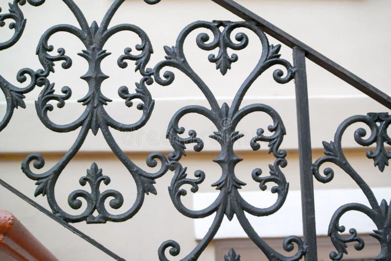 Verja de la mano de la cerca del hierro labrado en sabana fotografía de archivo libre de regalías