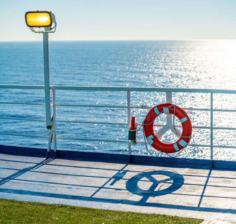 Verja de la travesía del transbordador en una boya azul del océano foto de archivo