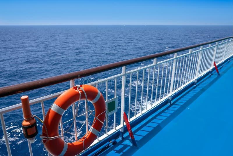 Verja de la travesía del transbordador en una boya azul del océano imagen de archivo libre de regalías