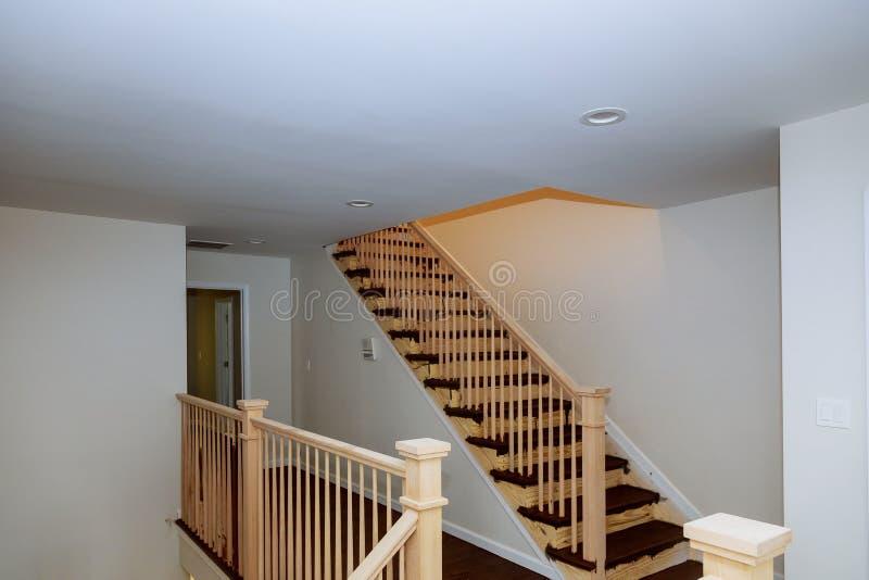 Verja hermosa de la escalera y pasos alfombrados en casa imágenes de archivo libres de regalías