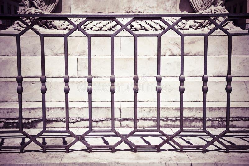 Verja italiana vieja del hierro labrado con los diseños geométricos - entonados imagen de archivo