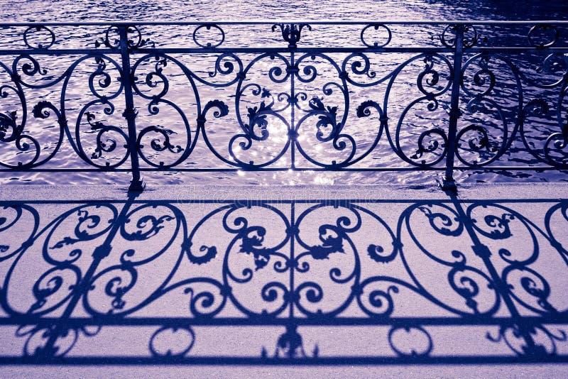 Verja vieja del hierro labrado en una calzada en Alfalfa Suiza - imagen entonada fotos de archivo