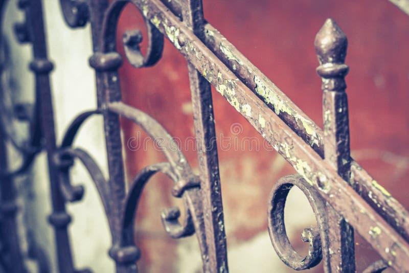 Verja vieja del vintage con moho en las escaleras en la casa Forjado cercando pasos con barandilla en la casa imagenes de archivo