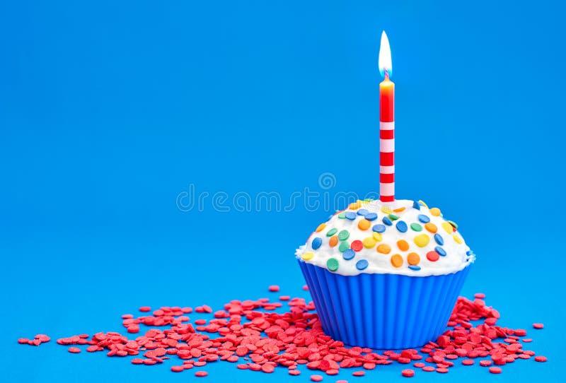 Download Verjaardag cupcake stock afbeelding. Afbeelding bestaande uit verjaardag - 107703973