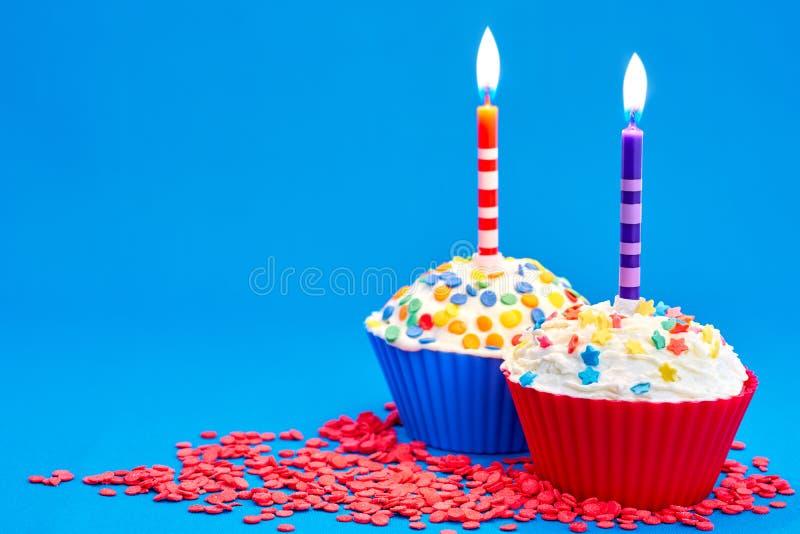 Download Verjaardag cupcake stock foto. Afbeelding bestaande uit cake - 107704000