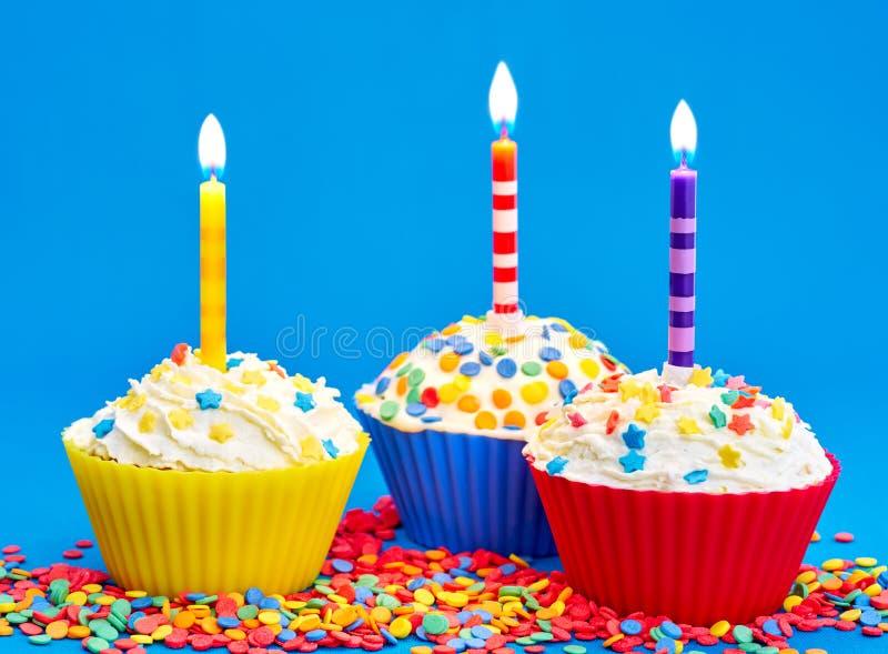 Download Verjaardag cupcake stock foto. Afbeelding bestaande uit frosting - 107704038