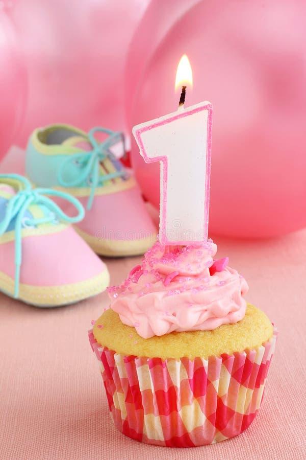 Download Verjaardag cupcake stock foto. Afbeelding bestaande uit geel - 29508420