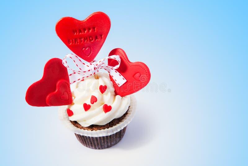 Verjaardag cupcake met harten royalty-vrije stock afbeelding
