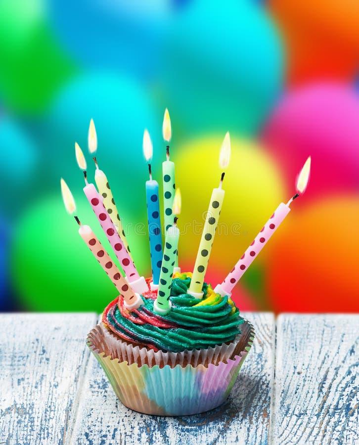 Verjaardag cupcake met het branden van kaarsen royalty-vrije stock foto's