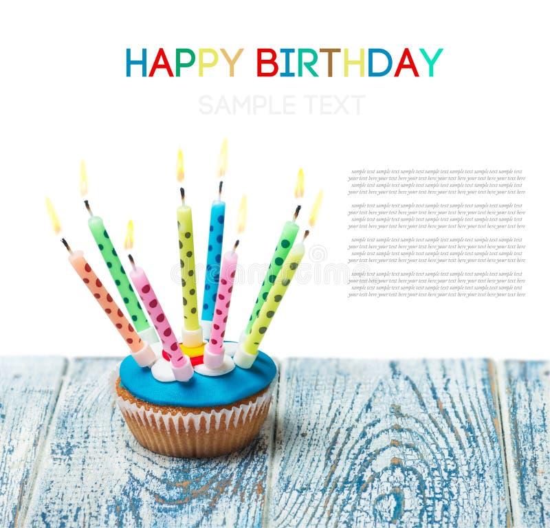 Verjaardag cupcake met het branden van kaarsen op een witte achtergrond stock foto